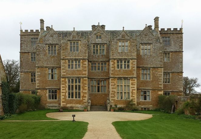 1280px-chastleton_house_-_front